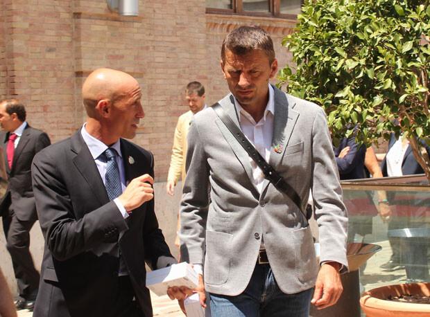 Rubiales, presidente de la AFE, departe con Miroslav Djukic, entrenador del Valencia CF, a la entrada en el Complejo de la Petxina. Foto: Javier Furió