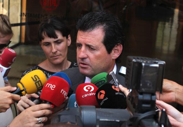 José Císcar, vicepresidente del Consell, atiende a los medios a su llegada a La Petxina. Foto: Javier Furió