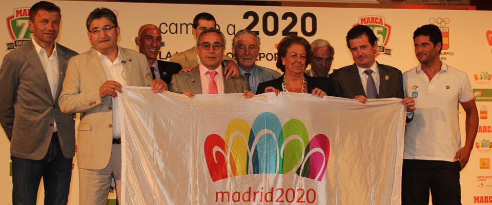 Los ponentes del Foro Marca, con Rita Barberá y Paco García Caridad, sostienen una bandera de Madrid 2020. Foto: Javier Furió