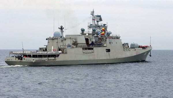 La fragata Trikand navega por aguas rusas
