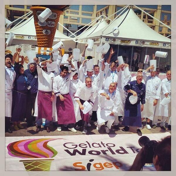 Los heladeros participantes en el evento que terminará el domingo por la tarde en La Malvarrosa/gelato