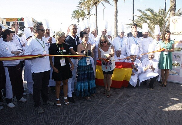 La edil de Comercio y vicepresidenta de la Diputación, María Jesús Puchalt, corta la cinta inaugural/ayto.vlc