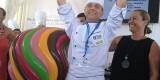El heladero con local en Puerto de Sagunto levanta el título del primer premio al lado de la edil de Playas de Valencia/ayto vlc