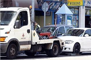 Una grúa remolca un vehículo a una de las bases