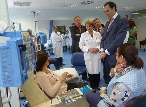 El conseller de Sanidad Manuel Llombart visita a unos pacientes en un hospital