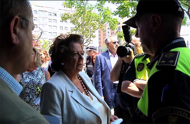 Rita Barberá departe con los agentes a su llegada a la nueva sede.
