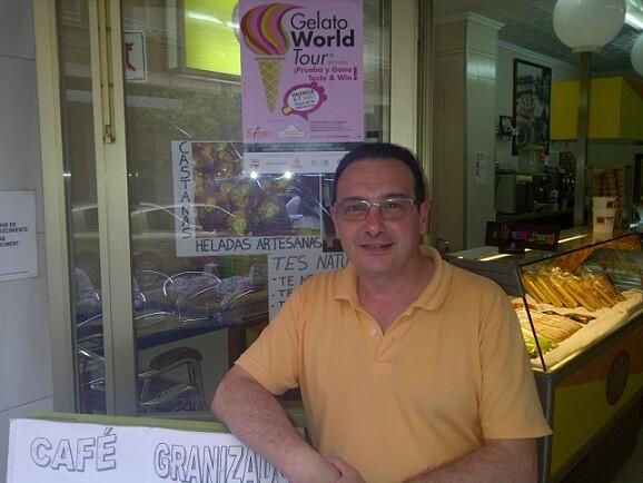 Javier Das en su heladería con un cartel del evento colocado en el cristal/vlcciudad