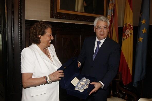 El viceministro kazajo recibe un detalle de la alcaldesa de Valencia/ayto vlc