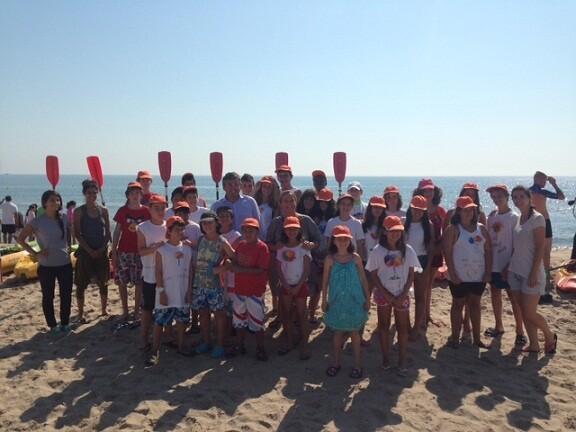 Un grupo de niños de la actividad de Viu l éstiu con el edil de Juventud, Cristóbal Grau/ayto vlc