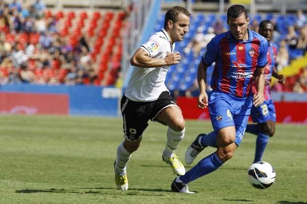 Soldado y David Navarro pugnan por el balón en el último Levante UD - Valencia CF.