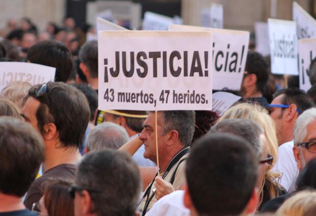 Un hombre lleva un cartel exigiendo justicia en la concentración del VII aniversario de los hechos/javier furio