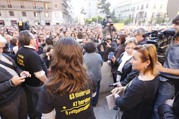 Dos representantes del colectivo de Víctimas del Metro en la concentración de junio/m.molines