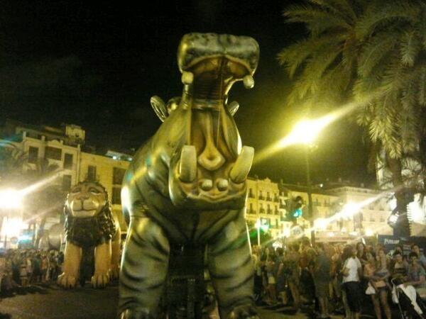Dos de las gigantescas figuras en el desfile nocturno/p.v.s.