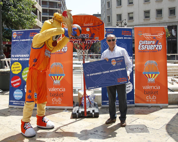 Paco Raga, en la instalación del Valencia Basket junto a la parada de Colón.