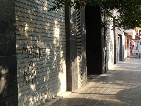 La pintada se ha hecho sobre una persiana en la carrera de la Fuente San Luis/Policía Local