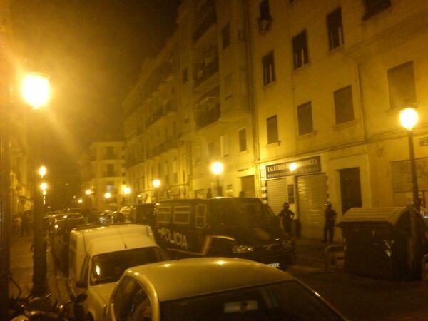 Vista de los furgones policiales en la calle Quart