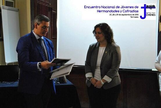 A la izquierda, la directora del encuentro juvenil cofrade en otra presentación del encuentro