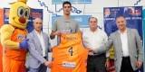 Juanjo Triguero muestra el dorsal 4 de su camiseta 'taronja'.