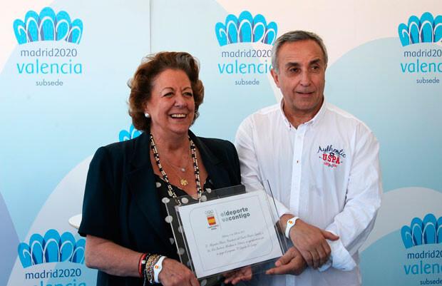 Alejandro Blanco hace entrega a Rita Barberá de la placa. Foto: Pilar Val