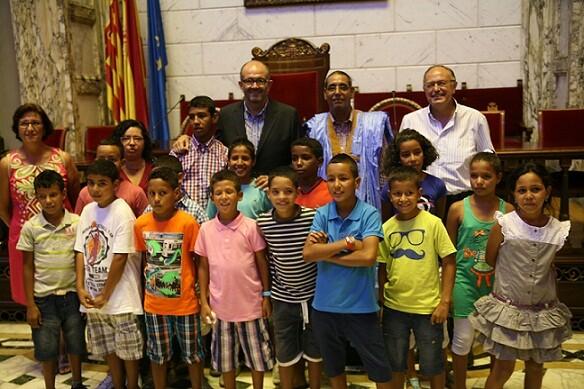 Los niños saharauis con el edil de Educación, el delegado del Sahara en la Comunidad y el edil socialista, Félix Estrela/ayto vlc