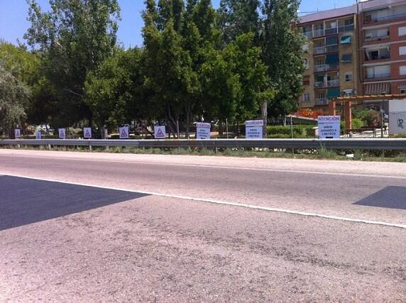 Carteles colocados en la carretera justo al lado del parque