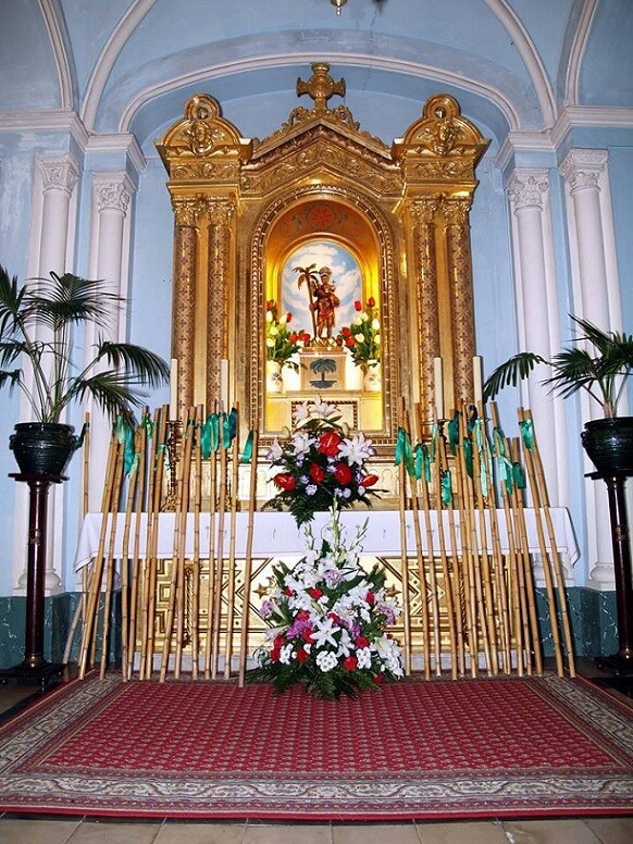 Las palmeritas verdes ya están colocadas en el altar de la capilla del monasterio