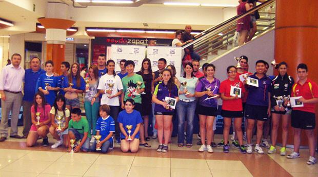 Participantes y organizadores, tras la entrega de trofeos, en la plaza interior de Nuevo Centro.