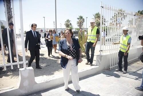 La alcaldesa, Rita Barberá, pasa por delante de un trozo de la valla una vez tirada/ayto vlc