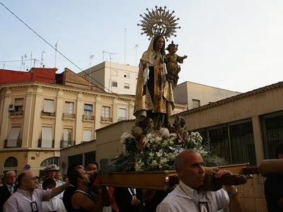 La Virgen del Carmen a hombros de pescadores en el cortejo del año pasado/p.,varea