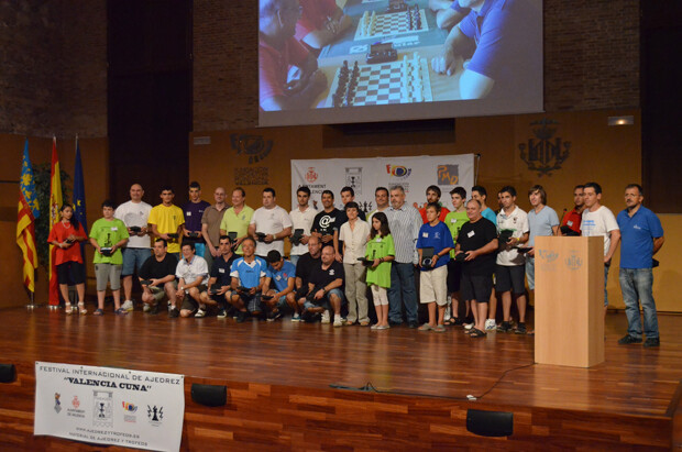 La Directora Gerente de la Fundación Deportiva Municipal de Valencia junto a los capitanes de los equipos participantes y la organización.