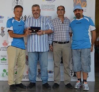Los representantes del SS Lazio Scacchi Andrea Penza y Sebastiano Messina hacen entrega de la insignia de su club a Basilio López en presencia del presidente de la FACV Francisco Cuevas.