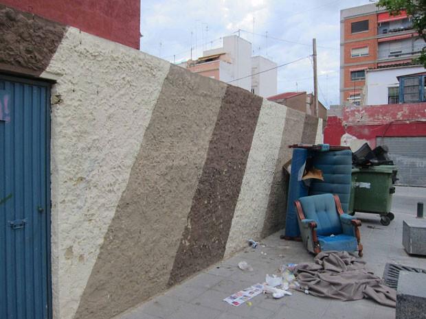 Solar de el Cabanyal con enseres abandonados en plena calle.