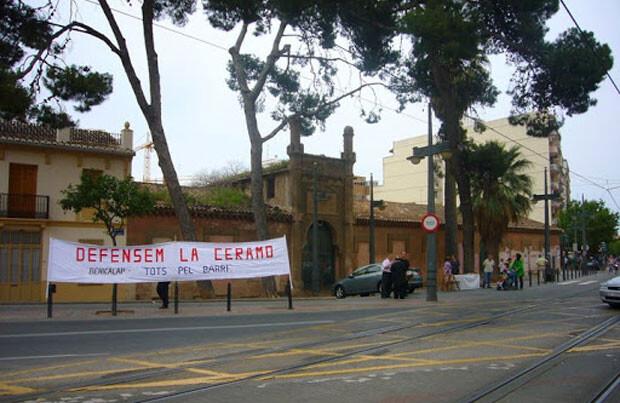 Pancarta de la Asociación de Vecinos Benicalap - Entrecaminos ante la fachada principal de La Ceramo. Foto de archivo.