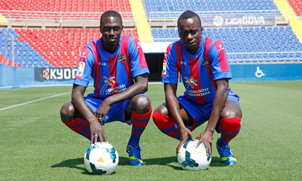 Baba Diawara y Rémi Gomis posan con su nuevo uniforme en el Ciutat de Valencia. Foto: Jorge Ramírez / Levante UD