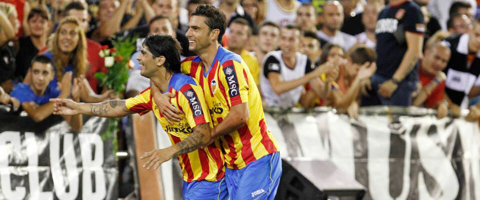 banega-y-postiga-celebran-gol-trofeo-taronja-2013