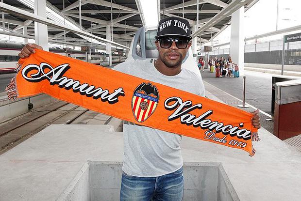Pabón posa con la bufanda del Valencia CF a su llegada a la estación Joaquín Sorolla. Foto: Valencia CF