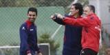 Joaquín Caparrós hace indicaciones a Pedro Ríos en el entrenamiento del lunes. Foto: Jorge Ramírez / Levante UD