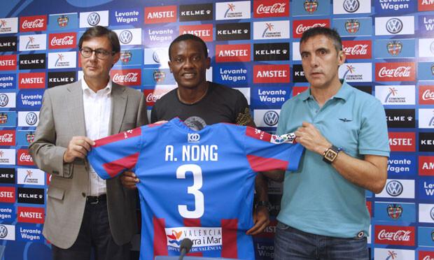 Aloys Nong muestra su nueva camiseta, junto a Tomás Pérez y Manuel Salvador. Foto: Jorge Ramírez / Levante UD