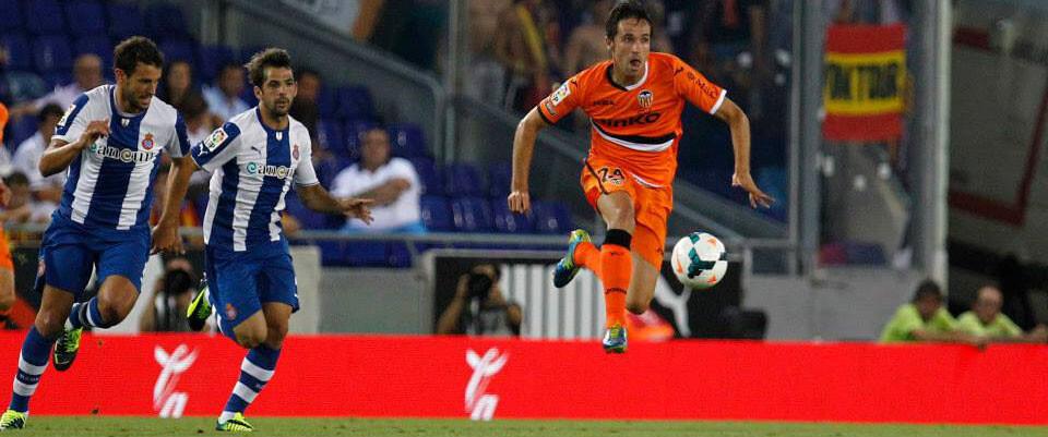 Míchel intentando salir con velocidad. Foto: Valencia CF