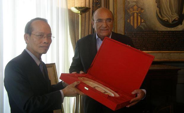 Vicente Igual hace entrega de un regalo a Javier Ching-shan Hou