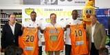 Sato y Lafayette posan con sus respectivas camisetas 'taronja'.