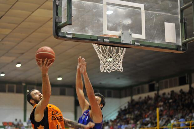 El debutante Van Rossom, ante la atenta mirada de Perasovic en Villarobledo. Foto: Fito Díaz / Albacete Basket