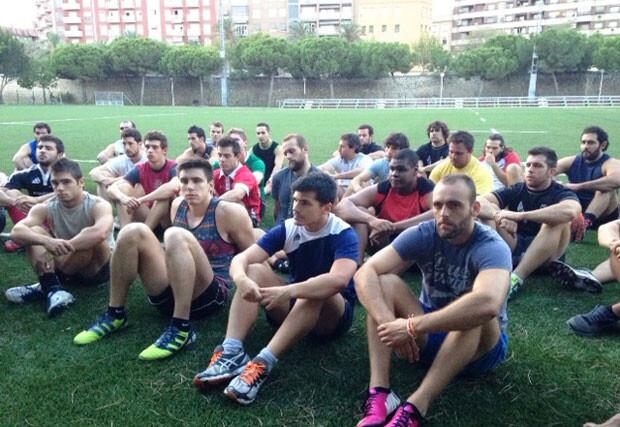 Los jugadores del CAU atienden las explicaciones del equipo técnico.