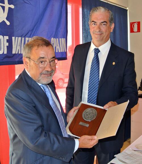 José Vicente González, presidente de Cierval, recibió una metopa conmemorativa de manos de Francisco Prado, presidente del Propeller Club de Valencia.