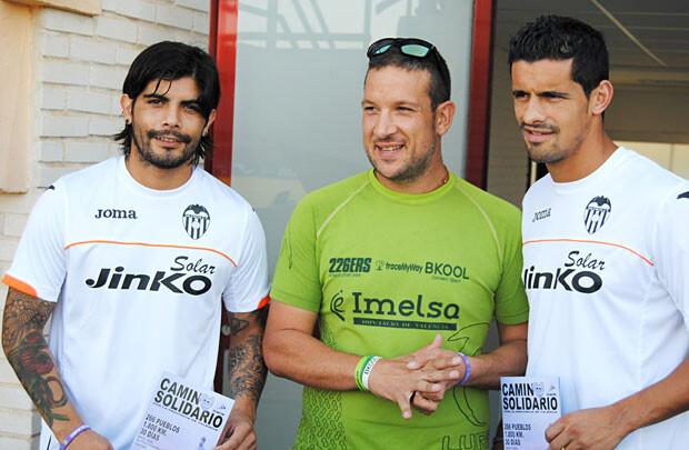 Banega y Ricardo Costa posan junto a