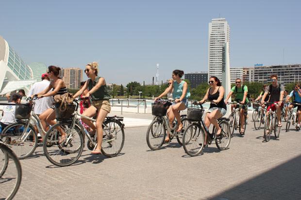 Turistas visitando en bicicleta la Ciutat de les Arts i les Ciències. Foto: Javier Furió