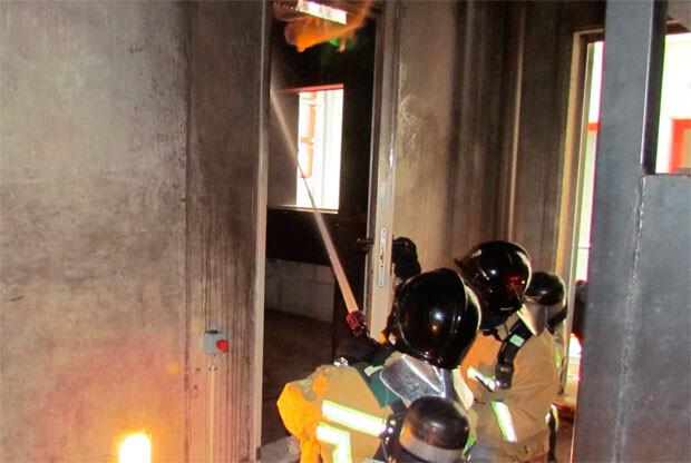 Bomberos extinguiendo un incendio en una vivienda.