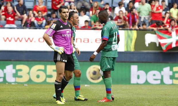 Diop se prepara para tirar el penalti. Foto: Jorge Ramírez / Levante UD