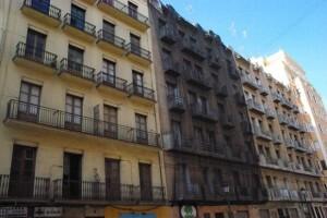 Edificios pendientes de rehabilitación junto a la Finca Roja.