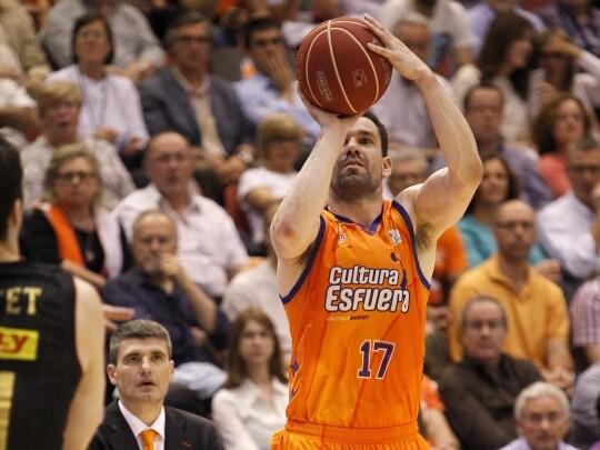 Rafa Martínez lanzando a canasta. Foto: M. Á. Polo